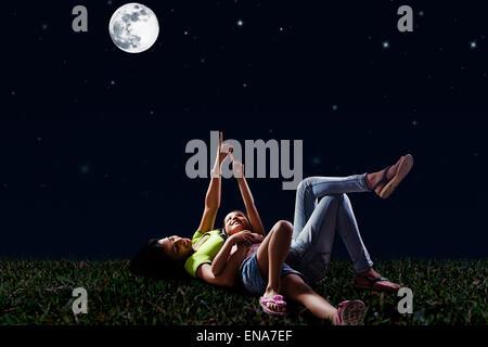 Indische Mutter und Tochter park Nacht Vollmond angezeigt - Stockfoto