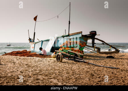 Ein Fischer seine Netze in Colva Beach, Goa Wartung. - Stockfoto
