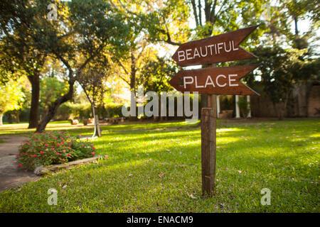 """Hölzerne Garten Schild mit der Aufschrift """"Beautiful Place"""", zeigt den Weg - Stockfoto"""