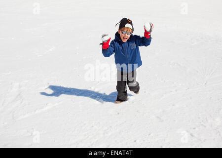 Junge, einen Schneeball werfen - Stockfoto