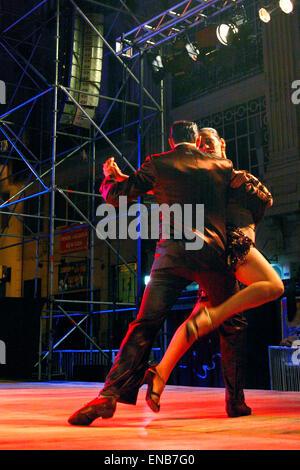 "Tango-Tänzer beim ""Gran Milonga Nacional"" Tangofestival. Avenida de Mayo, (Mai Ave.), Buenos Aires, Argentinien - Stockfoto"