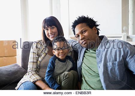 Porträt des Lächelns Familie bewegt sich in - Stockfoto