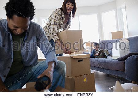 Familie Auspacken beweglichen Kästen im Wohnzimmer - Stockfoto