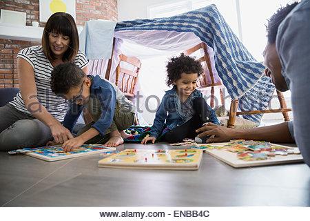 Familie Stock mit Jigsaw Puzzles spielen - Stockfoto