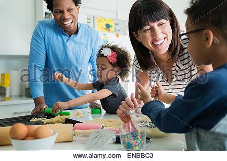 Familie Backen in Küche - Stockfoto