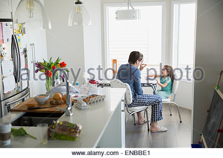 Vater und Tochter im Pyjama Frühstück - Stockfoto