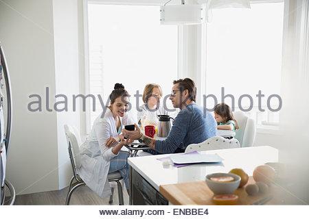 Familie im Pyjama Frühstück mit Eltern SMS - Stockfoto