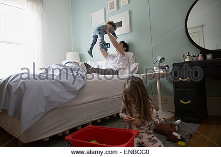 m dchen im bett sitzen und spielen mit tabletpc stockfoto bild 94020090 alamy. Black Bedroom Furniture Sets. Home Design Ideas
