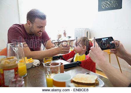 vater und baby tochter l chelnd zusammen stockfoto bild 42037334 alamy. Black Bedroom Furniture Sets. Home Design Ideas
