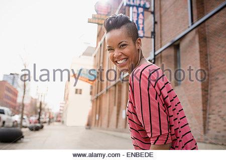 Portrait von begeisterten Frau mit Mohawk urban street - Stockfoto