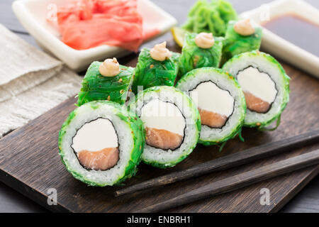 lachs sushi stockfoto bild 104962903 alamy. Black Bedroom Furniture Sets. Home Design Ideas