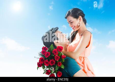 2 indische verheiratet Paare rose Bouquet Überraschung Valentinstag - Stockfoto