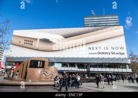 Riesige Gebäudeverkleidungen, Billboard auf einem Gebäude an der Tauentzienstraße, Werbung für Samsung Galaxy Handy, - Stockfoto