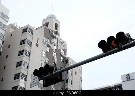 Miami-Ampel mit National Hotel im Hintergrund - Stockfoto