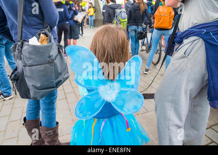 junges Mädchen mit blauen Feenflügel - Stockfoto