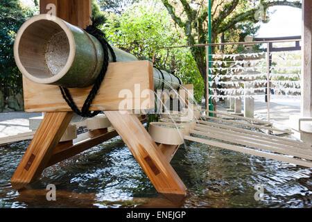 Japan, Nishinomiya-Schrein. Nahaufnahme von der Hauptleitung, die das Wasser in der Chozuya Wasser Reinigung Schriftart - Stockfoto