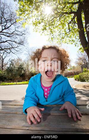 Kind schreiend an der Ménagerie du Jardin des plantes - Stockfoto