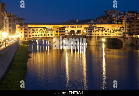 Ponte Vecchio, mittelalterliche Brücke über den Fluss Arno, UNESCO-Weltkulturerbe, Florenz, Toskana, Italien