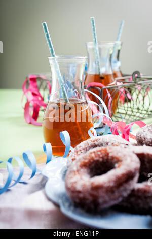Finnisches traditionelle Vappu Essen, Zucker Donuts mit Sima - Stockfoto