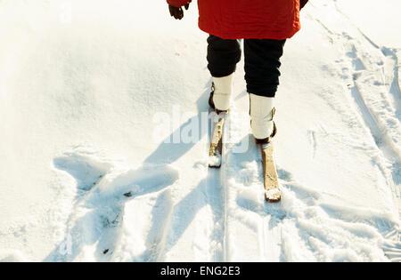 Kaukasische Frau Langlaufen im verschneiten Feld - Stockfoto