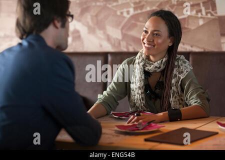 Lächelnde paar sprechen im café - Stockfoto