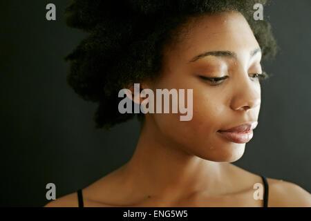 Nahaufnahme eines lächelnden schwarze Frau auf der Suche nach unten - Stockfoto
