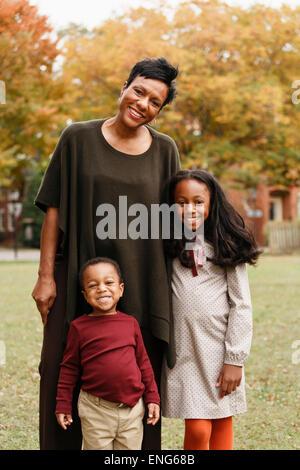 African American Mutter und Kinder Lächeln im park