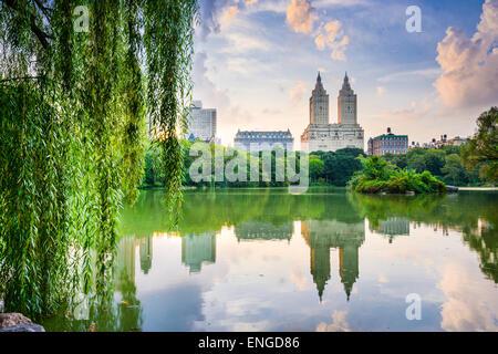 New York City, USA auf die Skyline von Central Park Lake und Upper West Side. - Stockfoto