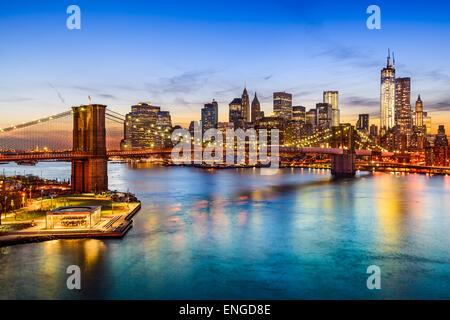Skyline von New York City, USA über den East River und die Brooklyn Bridge. Stockfoto