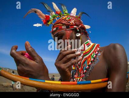 Rendille Tribesman Anwendung Make Up, Turkana-See, Loiyangalani, Kenia - Stockfoto