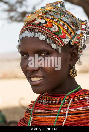 Rendille Tribeswoman tragen traditionelle Kopfbedeckung und Schmuck, Marsabit District, Ngurunit, Kenia - Stockfoto