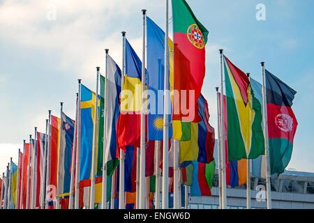 Viele verschiedene internationale Flaggen, die bei einer Messe gesehen - Stockfoto