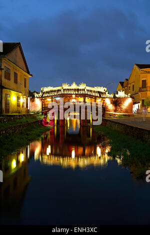 Japanese Covered Bridge spiegelt sich am Kanal, Hoi an, Vietnam