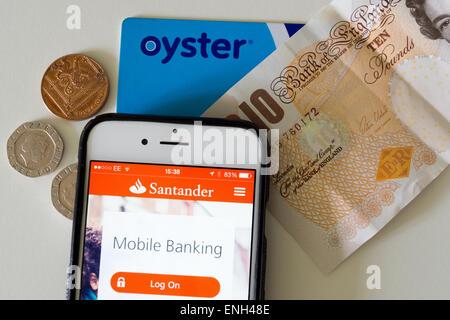 Verschiedene moderne Zahlungsmethoden; Bargeld, eine kontaktlose Karte und mobile-Banking-app auf einem iPhone 6 - Stockfoto