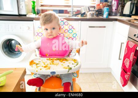 Baby führte ein sechs Monate altes Baby Essen messily Fütterung - Stockfoto