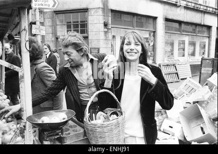 Jane Birkin und Serge Gainsbourg, Mann im Bild, Einkaufen in Berwick Street Market, London, April 1977. Das Paar - Stockfoto