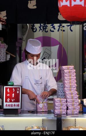 Süßwaren Stall Nakamise Dori Strasse in Asakusa Tokio Japan - Stockfoto