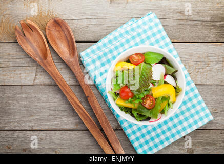 Frische gesunde Salat auf hölzernen Tisch und Küchenutensilien. Ansicht von oben - Stockfoto