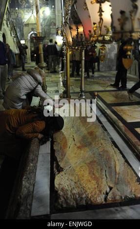 Israel. Jerusalem. Kirche des Heiligen Grabes. Stein der Salbung oder Salbung, wo Nikodemus und Joseph von Arimathäa - Stockfoto