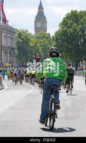 Aufsichtsrechtlichen RideLondon FreeCycle-Ereignis durch central London, Whitehall, in Richtung Big Ben - Stockfoto