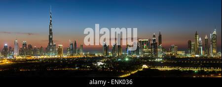 Erhöhten Blick auf die neue Skyline von Dubai, Burj Khalifa, moderne Architektur und Wolkenkratzer an der Sheikh - Stockfoto