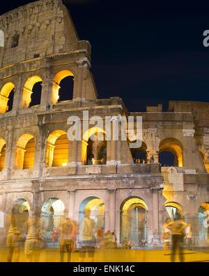 Touristen in der Nähe Kolosseum bei Nacht. Rom, Italien. Langzeitbelichtung. - Stockfoto
