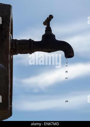 Wasser aus einem Wasserhahn tropft - Stockfoto