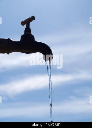 Wasser läuft aus einem Wasserhahn - Stockfoto