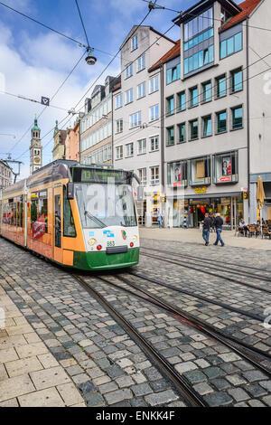 Eine Straßenbahn verläuft durch die Straßen von Augsburg. Die Augsburger Straßenbahn hat eine Geschichte, die zurückgeht - Stockfoto