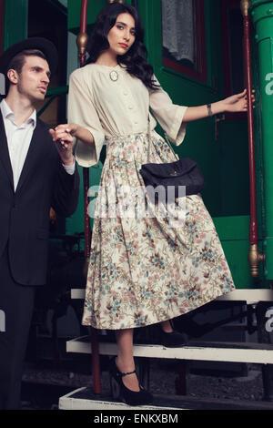 Stilvolle Frau einsteigen in einen Zug Auto - Stockfoto