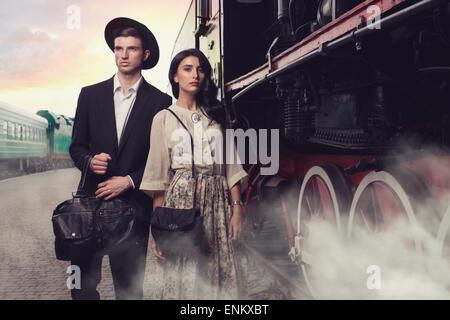 Stilvolle junges Paar auf Vintage Bahnhof - Stockfoto