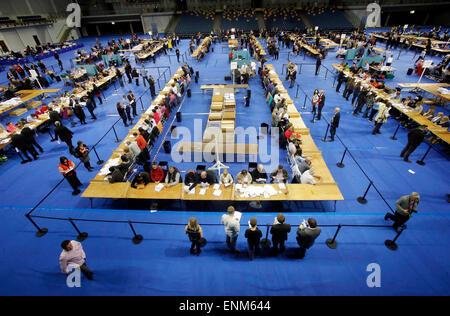 London, UK. 7. Mai 2015. Mitarbeiter zählen Stimmen zählen eine Zählung Center in der Emirates-Arena in Glasgow, - Stockfoto