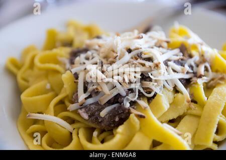 handgemachte Tagliatelle mit Radicchio, Champignons und geräuchertem ricotta - Stockfoto