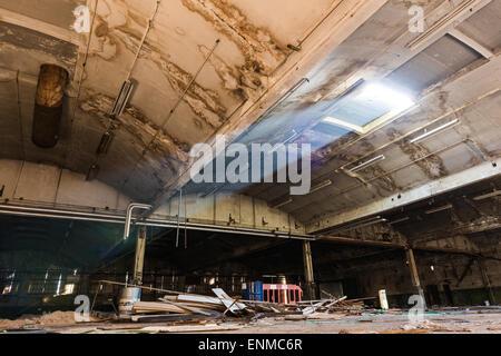 Lightbeam glänzt in verlassenen Lagerhaus - Stockfoto